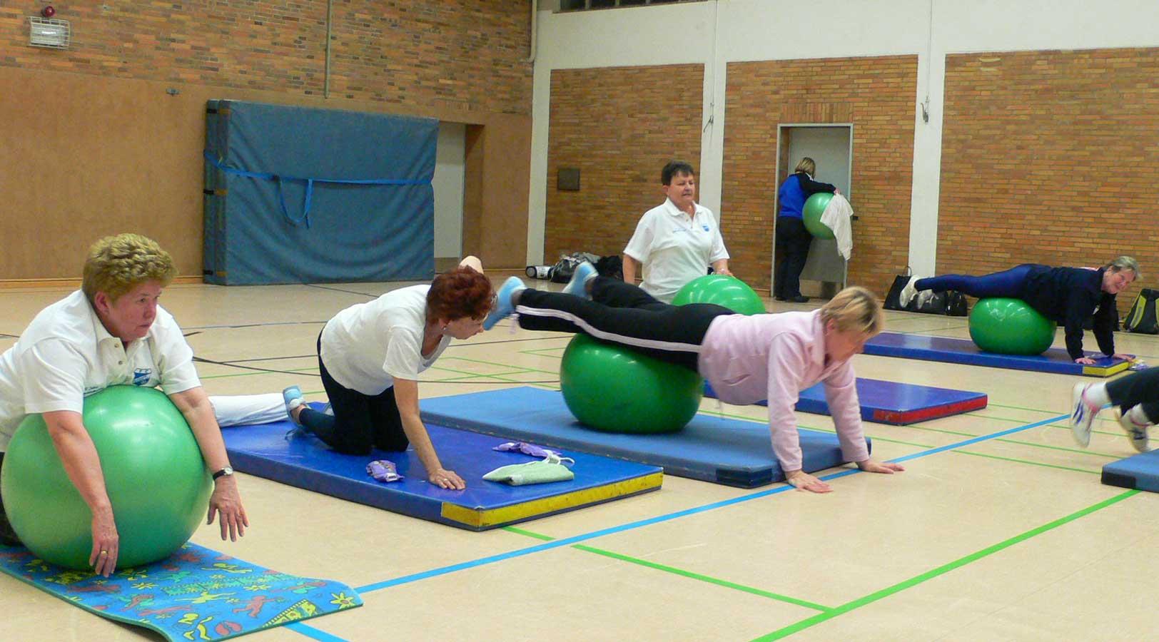Trainingsstunde der Gymnastikgruppe mit Bällen
