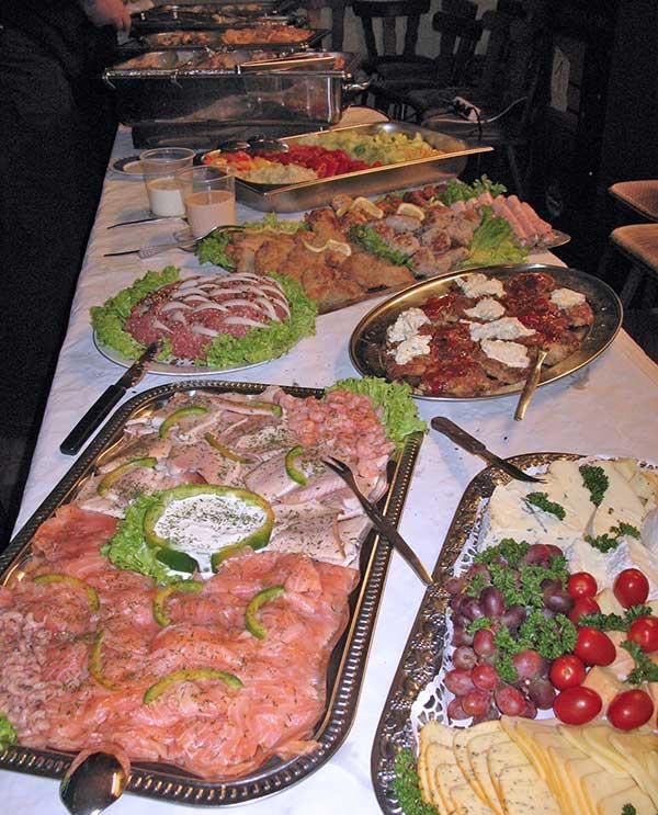 Buffet mit Lachsvariationen, Käseplatte und reichhaltigen anderen Speisen