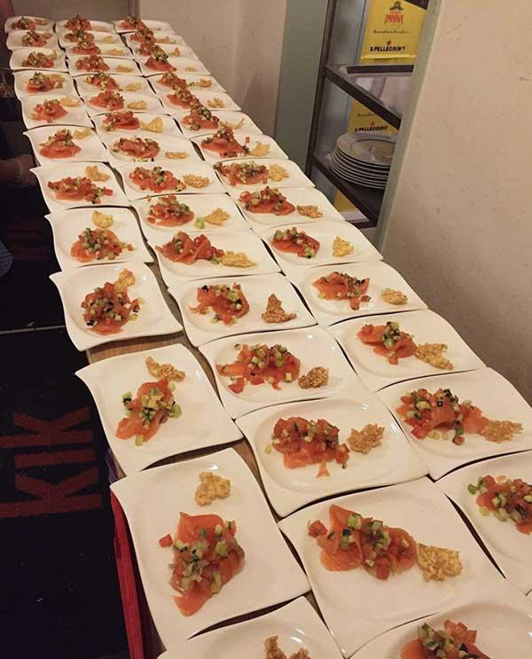 Angerichtete Teller mit Lachs, Salat und Rösti